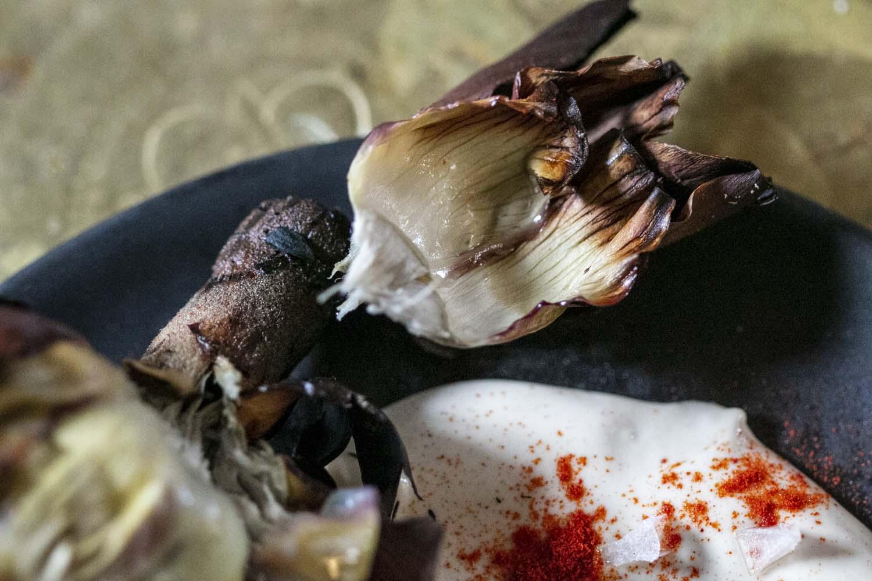 Artichauts braisés, sauce tahini - Une recette de Epices Shira