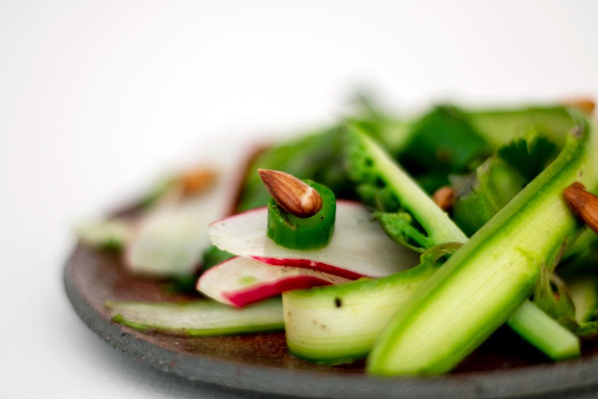 Salade d'asperges aux amandes sauvages, une recette par Epices Shira